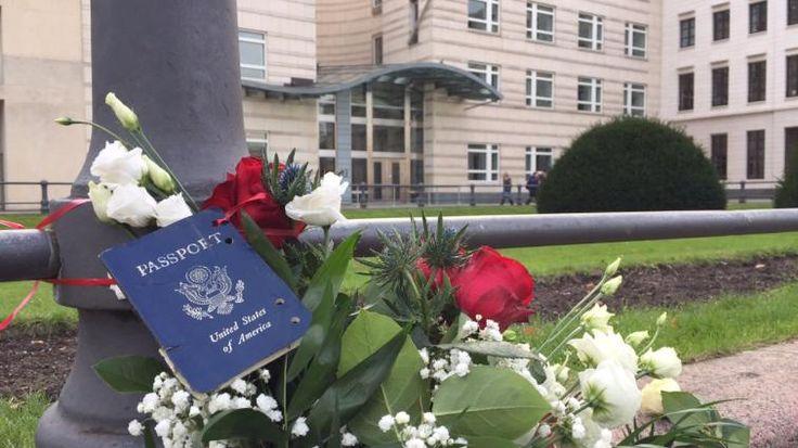 Reisepass vor der US-Botschaft in Berlin