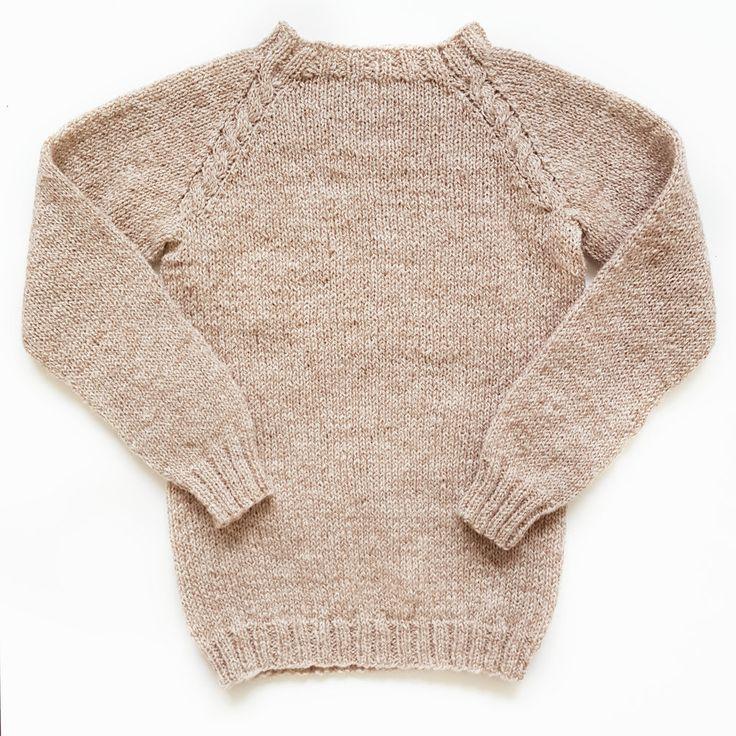 Linneagenser Enkel genser med dekorative fletter i raglanen – like fin til  fest som tur i skogen. Genseren strikkes nedenfra og opp med raglanfelling  og med gode vrangborder som kan brettes opp så størrelsen varer lenge.