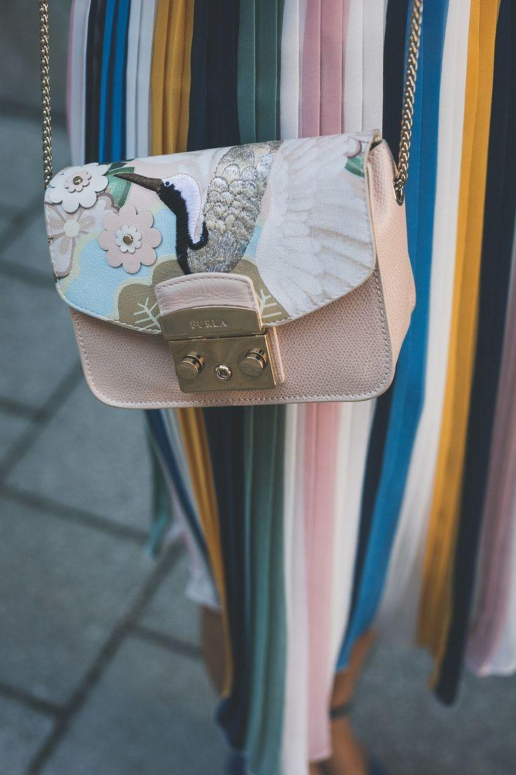 Sommerlook: Plisseerock von Jake*s + Bluse von mint&berry + Furla Metropolis Bag