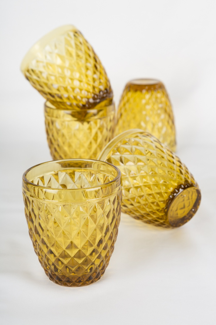 Ilumina tu mesa poniendo pequeñas velas dentro de los vasos de vidrio.
