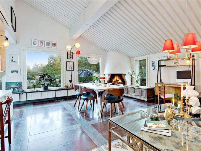 <span>Högt i tak. På entréplanet finns vardagsrummet med öppen spis, sluttande tak, fransk balkong och stora fönsterpartier mot uteplatsen.</span>