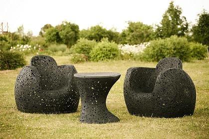 Designerski stół ogrodowy King Table może stać na zewnątrz bez względu na warunki atmosferyczne.