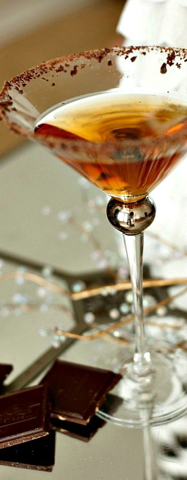 ♡ Midnight Kiss-       1 ounce amaretto     1 ounce chocolate liqueur     4 ounces chilled champagne     shaved chocolate for rimming