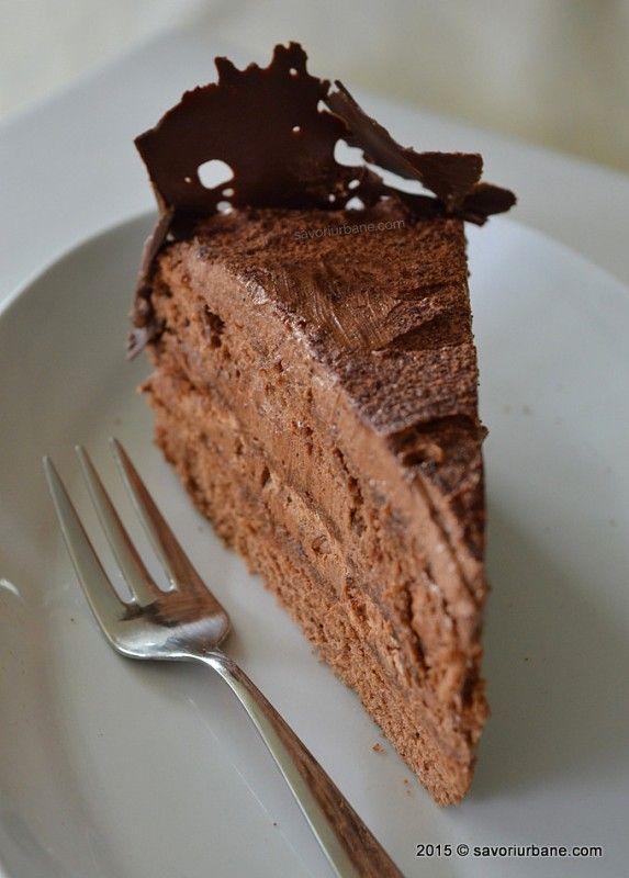 Tort de ciocolata reteta clasica, cu crema de ciocolata cu unt si blat cu ciocolata. Cum se face un decor dantela de ciocolata? Daca iubiti ciocolata tortul