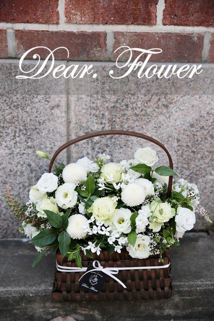 결혼 축하 마음을 담아  신부님께 배송된  화이트 웨딩 꽃바구니 예요~ 싱그러운 그린과 함께  '변치않는 사랑'이란 의미를 갖고있는  리시안셔스와 화이트 퐁퐁 등   다양한 화이트 꽃들을 볼륨감 있게 연출해 신부님의 얼굴에 행복한 미소가  가~득 베어나오실 수 있도록  제작해 드렸답니다. ⬇다른 화이트플라워 꽃말 보러가기⬇ http://m.blog.naver.com/dearflower_/220501120763    꽃님들. .  오늘 하루도 꽃과함께 행복하세요:)* 강남구 역삼동 꽃집 디어플라워 플로리스트 김하은 02.501.3239