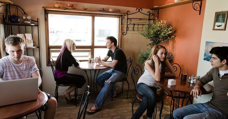 Ideas únicas para cafeterías . La tiendas de café pueden proporcionar una atractiva experiencia social y cultural dentro de una comunidad. Además de ser un lugar para tomar una taza de café caliente, estos lugares se han convertido en mini oficinas para las calificaciones de habitantes de cafeterías que encuentran que la disponibilidad de café y los servicios de bocadillos con ...