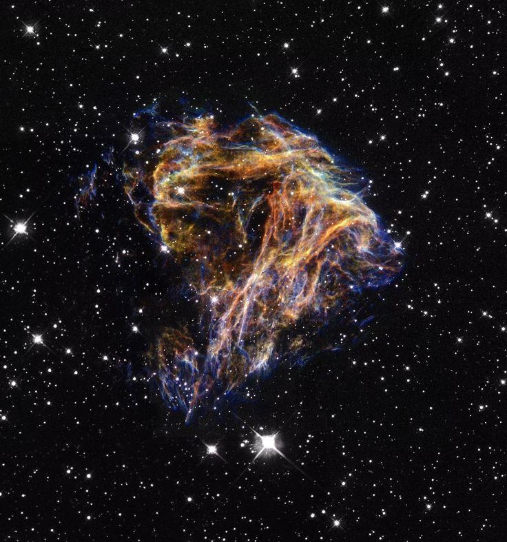 Nebulosa DEM L 190, N 49. Es un remanente de supernova en la Gran Nube de Magallanes. Este remanente es de una estrella masiva que murió en una explosión supernova cuya luz habría alcanzado la Tierra miles de años atrás. Este material filamentoso será reciclado eventual en la construcción de las nuevas generaciones de estrellas.