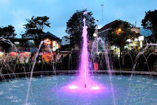 air mancur warna warni di alun alun kota batu