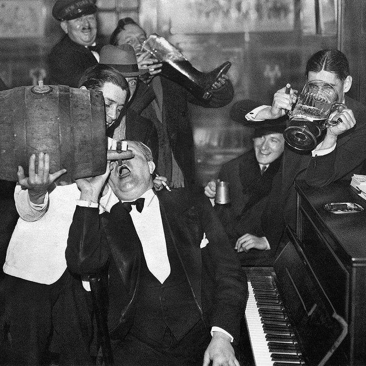 1933, EEUU: Los estadounidenses celebran el final de la ley seca. La prohibición total de la venta, producción, importación y transporte de alcohol se había iniciado en 1920 y duró 13 años. #americano #importación #celebrar #prohibición #finaldeunaprohibición #produccion #1933 #transporte http://www.pandabuzz.com/es/imagen-historica-del-dia/1933-eeuu