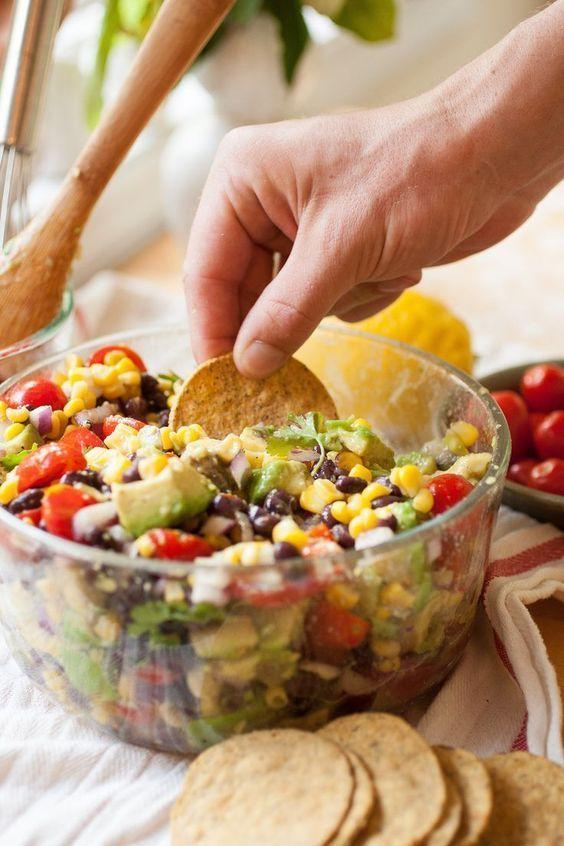 Salat mit Sommermais, Avocado und schwarzen Bohnen