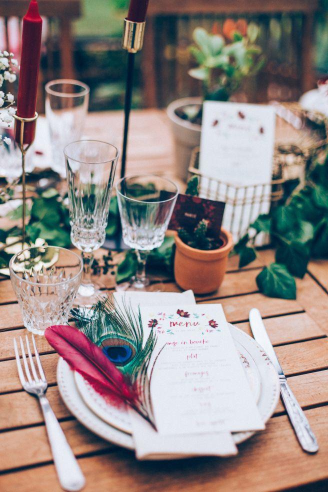 décoration table mariage plumes bordeaux vert shesaidido