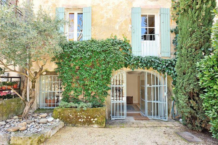 Située en plein centre-ville d' Eygalières, l' un des plus charmants village des Alpilles, cette maison de village est entièrement rénovée avec grand gout et qualité. #MaisonVillageVendre #Eygalieres #Provence #VillageHouseForSale