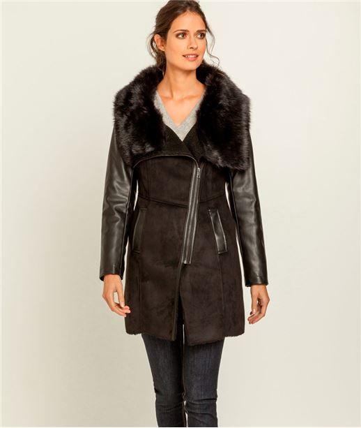 Manteau long imitation peau + laine à l'intérieur. Encolure châle avec fausse fourrure. Coupe croisée avec fermeture zippée. Ceinture à nouer. #manteau #femme