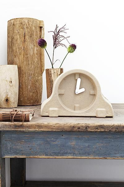 Een gestileerde vorm en leuk materiaal maken van dit klokje geen alledaags klokje.