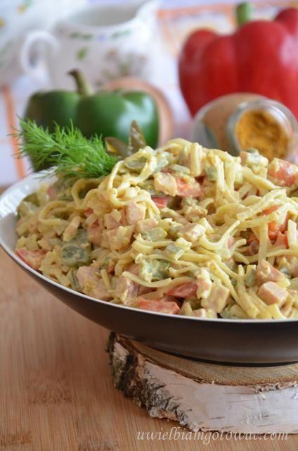 Sałatka z makaronem ryżowym, szynką i curry