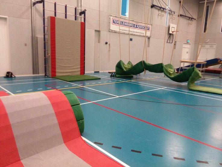 Op deze afbeelding vind je nog een andere leuke, inspirerende opstelling om te freerunnen in de sportzaal.