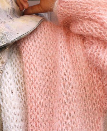 """オランダ発のデザイナーズブランド """"Barbara Munsel/バーバラマンセル""""の新作アイテム バルーンスリーブ・モヘアニットカーディガンをお取り寄せ販売しています。絶妙なルーズフィット感がおしゃれで、ふんわりとしたバルーンスリーブも女性らしさを高めてくれます。カラーも ベイビーブルー、ミントグリーン、ソフトピンクの柔らかくて品のあるバリエーションになっています。ブラウスなどの上からエアリーに羽織れて、気温の変化にもさっと対応できるので重宝すること間違いなし! ハンドニットならではの味わいと風合いのあるニットカーディガン。 温かく包み込んでくれて雰囲気も高めてくれます。 #barbaramunsel #バーバラマンセル #オランダ #デザイナー #ハンドメイド #手編み #ハンドニット #ニットカーディガン #ニット #カーディガン #バルーンスリーブ #ピンク #ソフトピンク #ファッション #fashion #ナチュラル #linere #リンネル #手作り #handmade #handknit #handknitting #natural #organic…"""