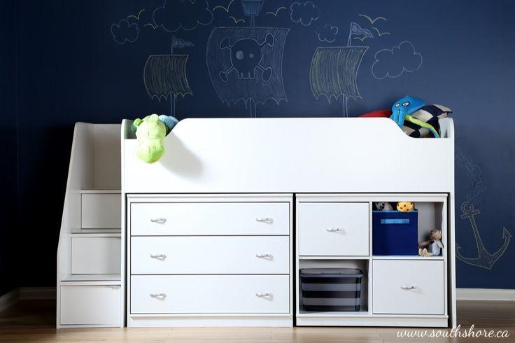 Une petite chambre d'enfant ne signifie pas nécessairement « manque de fonctionnalités »! Grâce aux modules de la collection Mobby, créez une pièce pratique, plaisante et sur mesure pour votre petit amour. Avec son escalier et ses nombreux espaces de rangement, ce lit mezzanine sera idéal pour que la pièce reste en ordre et que votre enfant s'amuse. Comme il est plus bas que les lits superposés habituels, vous pourrez border votre enfant le soir venu. De plus, l'espace du dessous pourra être…