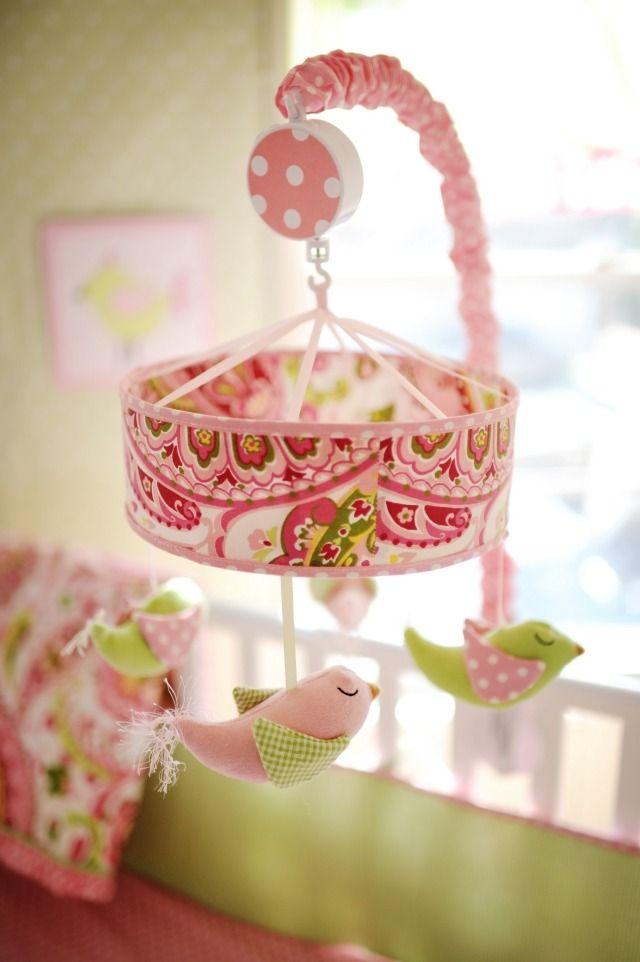 chambre bébé fille jouets suspendus en couleur rose