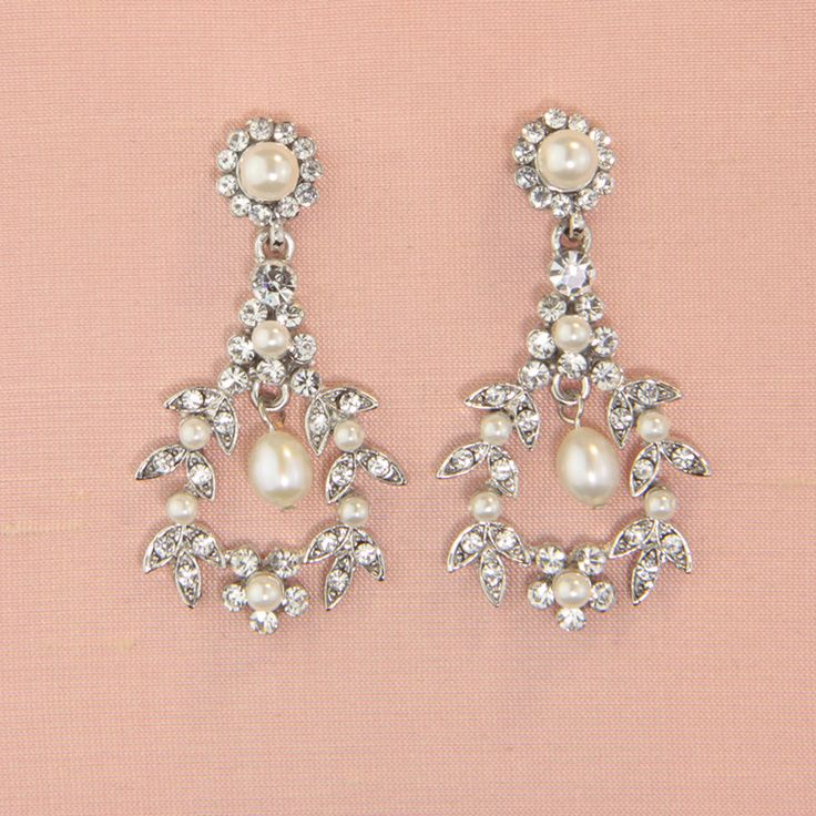 Pearl drop earrings.Measurement: Approximately 4.5cm in length.Presented in Roman
