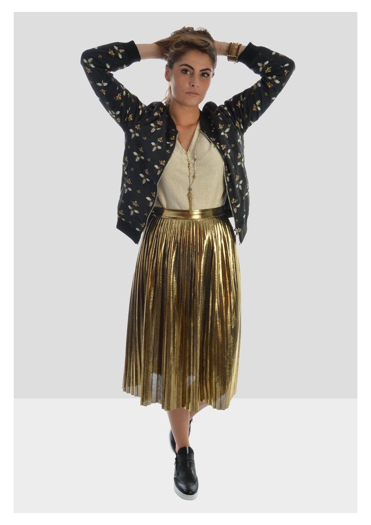 Queen B is in the house! De bomber en plissé rok mogen absoluut niet ontbreken in je garderobe. Met deze look maak je zeker een statement ;)