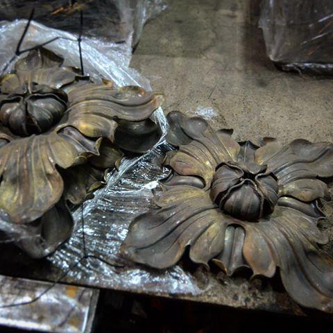 Латунные кованые листья от замечательного кузнеца, резидента artmetallab Валерия Папана.  #artmetallab #gate #workshop #blacksmith #custom #ворота #ковка #myproject #moscow