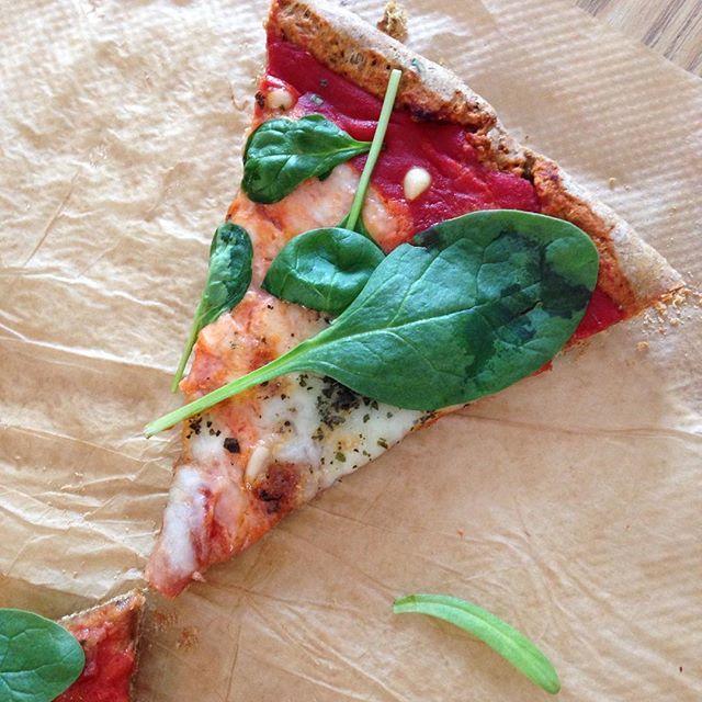#Pizza! • Ik deelde recent met jullie een pizzabodem van havermout, maar deze met volkoren spelt vind ik ook heerlijk! • Al geprobeerd? | #blijsuikervrij #foodie #fitfoodie #gezondemama #fitgirl #snackfood #gezondsnacken #puurgenieten | http://blijsuikervrij.nl/hoofdgerecht/heerlijke-volkoren-spelt-pizza/