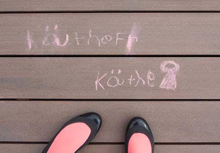 Kinderzeichnung mit Kreide auf der Terrasse einer KiTa