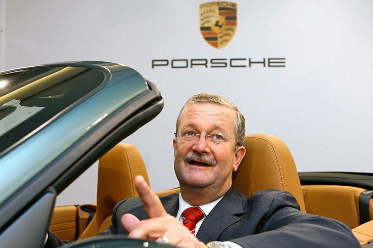 Funkelnde Blicke, herrische Gesten, starke Worte - dafür liebte die Öffentlichkeit den Automanager Wendelin Wiedeking. In einer Branche, die eher von zurückhaltenden Buchhaltertypen geprägt ist, machte der wuchtige Westfale Eindruck. http://www.autobild.de/artikel/rueckblick-wendelin-wiedeking-940673.html http://www.autobild.de/bilder/wendelin-wiedeking-940841.html