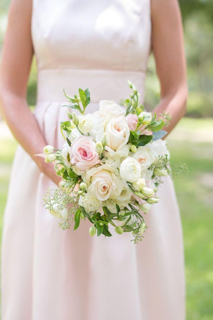 Spring rose and ranunculus wedding bouquet | Photography: Eliza Morrill - http://elizamorrill.com/
