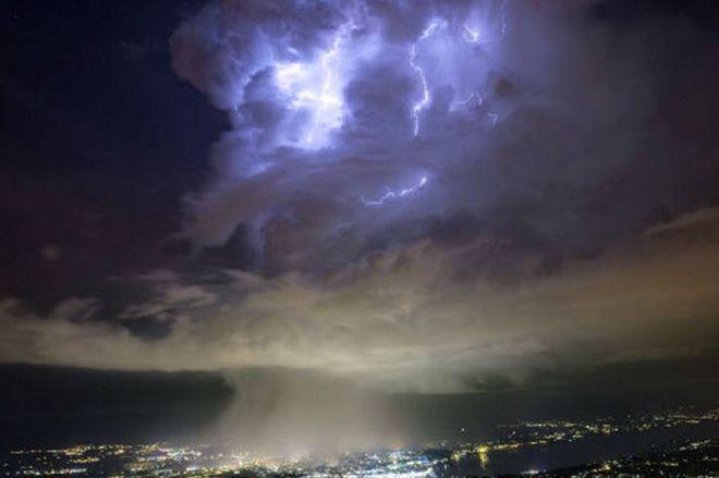 Большой адронный коллайдер, расположенный в крупнейшей в мире лаборатории физики высоких энергий недалеко от Женевы, в очередной раз удивил ученых и обывателей. Во время одного из экспериментов небо над лабораторией стало выглядеть так, как будто открылся портал в другой мир.    По версии сторонников теории заговоров, над Большим адронным коллайдером (БАК) периодически открывается портал в другие миры, пишет Dni.ru. Именно так уфологи из организации Ufo of section 51 комментируют…