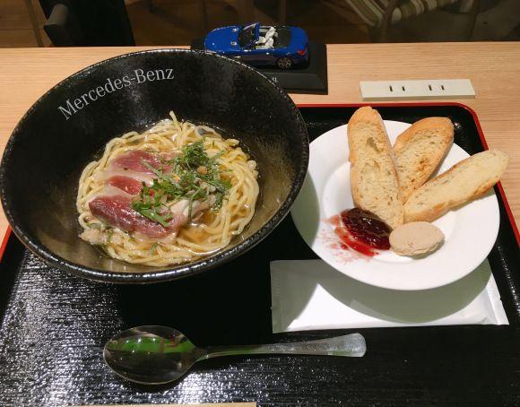 メルセデス・ベンツが東京都港区六本木にあるメルセデス・ベンツ コネクションで特製ラーメンを提供していることが話題になっています。これは11月30日から12月25日まで開催中のクリスマスイベント『Star Garden』にて期間限定で提供しているもの。「陸」の流星麺~鴨の生ハムスープとフォアグラバケット』