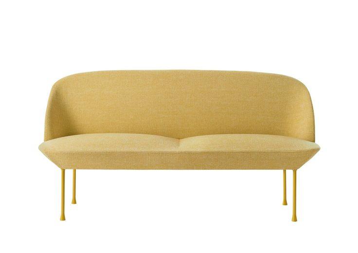 Behagelig å se på, fantastisk å sitte i, og nydelig i gule tekstiler fra Kvadrat. Sofa, Oslo, design Andersen & Vollm 29 000 kr, Muuto.