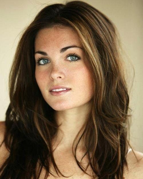"BeautIful hair : subtle highlights around face •  Beautiful makeup : very all natural with a ""girl next door"" look •"