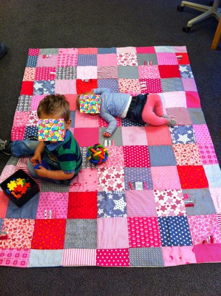 Ik heb een flink speelkleed gemaakt voor de kindjes, allemaal vierkantjes met de locker aan elkaar gezet, af en toe wat lintjes er tusse...