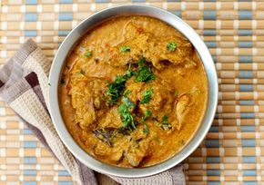 Tamil Nadu - #Chicken Salna.......http://www.yummyfoodrecipes.com/food/recipedetails/155/Tamil-Nadu---Chicken-Salna.html Chicken Salna also called as Chicken Chalna is the best side dish with South Indian style Parotta and vegetable salna for the vegetarians. You will find most road side stalls......