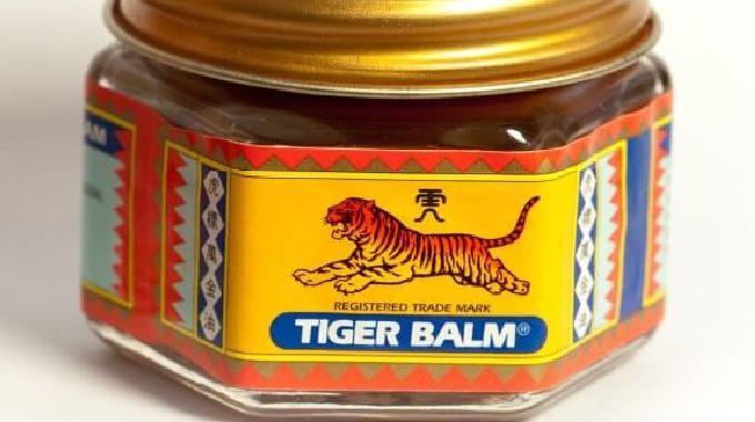 Vous avez sûrement déjà vu les petits pots de Baume du Tigre dans les rayons de votre épicerie de quartier ou en vente sur internet.Mais qu'est-ce que c'est, exactement, le