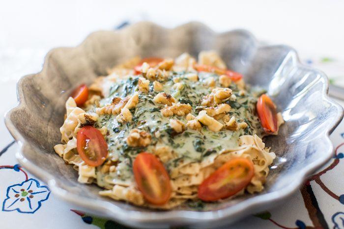En av mina och makens favoriter är pasta med ädelost, spenat och valnötter. YUM! Men vanlig pasta är sällan ett alternativ för mig – jag känner mig inte nöjd och belåten utan vill bara ha mer, så det är sällan värt det. Dessutom vill jag äta naturligt glutenfritt så ofta jag bara kan. Däremot bönpasta […]