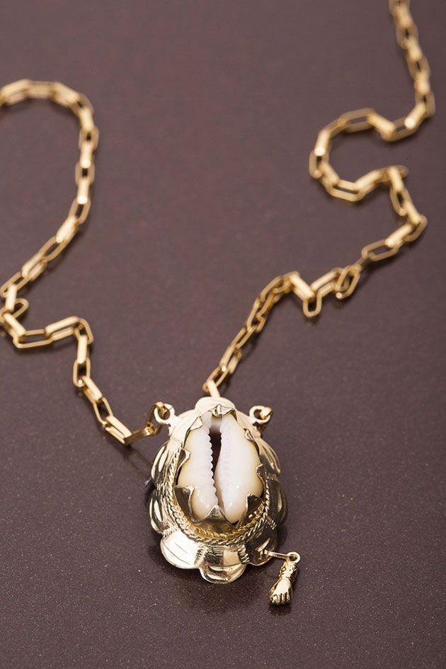 O colar com pingente de búzio - e o detalhe da pequena figa!