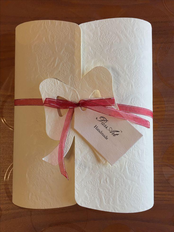 Confezione (parure o girocollo ) in carta embossata con fondo in carta vellutina blu applicata a mano