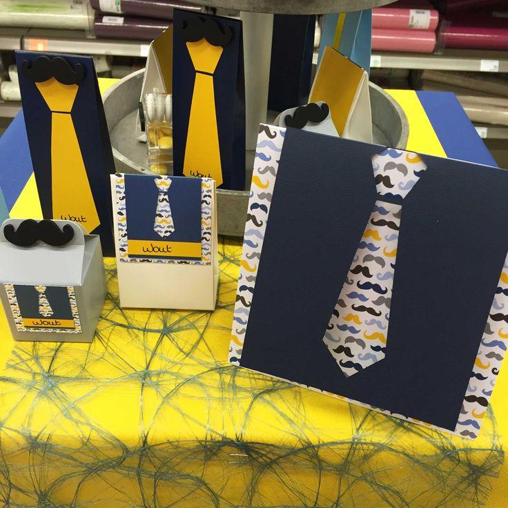 Communie en lentefeest: collectie 2016 - inspiratie voor jongens - Communiekaart en cadeautjes met dassen en snorren. Onderaan werd een blauw sizoweb gebruikt, in combinatie met een gele tafelloper.