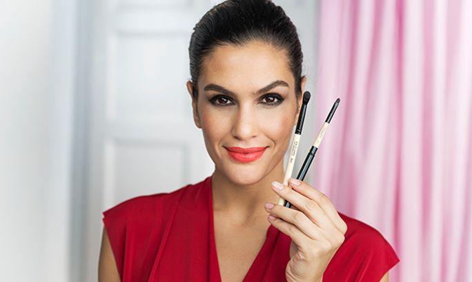 En perfekt makeup starter med riktig verktøy. Her viser vi hvordan du påfører leppestift med børste, slik at leppestiften blir jevnere og fargen holder lenger. Som bonus viser vi deg også hvordan leppestiften gjøres matt! Se videoen for å finne ut mer.