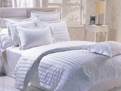 "Sprei dan Bedcover dengan kode SKD-201 warna ""Putih"" ini terbuat dari katun dobby dengan motif salur 3 cm yang sangat halus dan lembut. Ruang tidur bernuansa putih memberikan kesana luas dan ringan. Terbuat dari 100% bahandobby yang berkualitas memberikan nuasana baru dan kenyamanan tidur Anda sepanjang malam. Pesan di 0813 816 49 865"