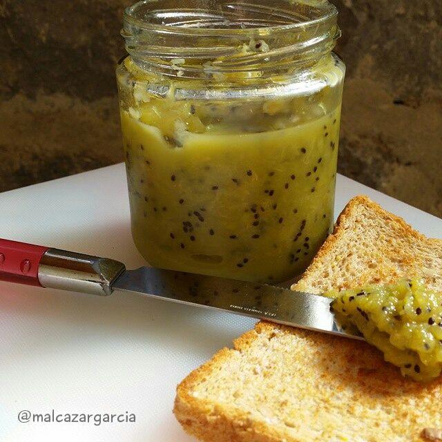 Receta para hacer mermelada de kiwi de forma saludable y sin azúcar.