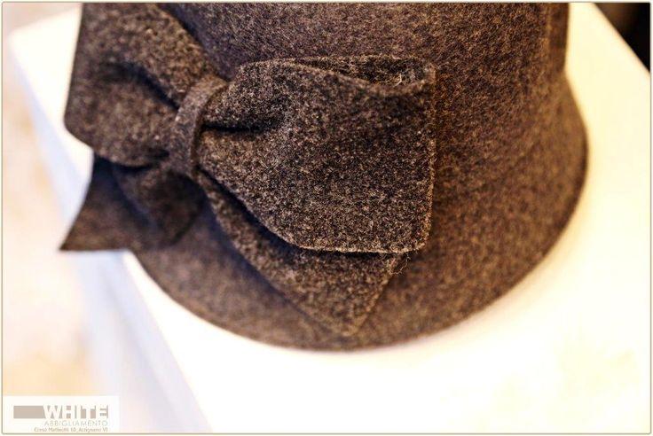 Un #cappello di ispirazione anni '30, un omaggio alle dive del cinema che ancora oggi ci fanno sognare.  #WHITE #cappello #moda #donna #fiocco