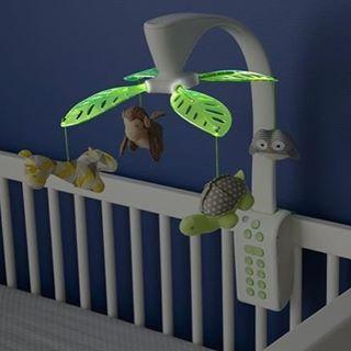 """Com cores suaves e um design elegante para o berço do bebê, o """"Moonlight & Melodies Projection Mobile - Safari"""" projeta estrelas no teto enquanto as folhas vão suavemente piscando acompanhadas de 4 msusicas de ninar ou 4 sons da natureza. A combinação de luz e som certos para os bons sonhos dos seus bebês.  Folhas brilhantes que giram Projeção de estrelas no teto Quatro melodias e quatro sons da Natureza Controle remoto para reiniciar a combinação de musicas e luzes Facilmente acoplavel a…"""