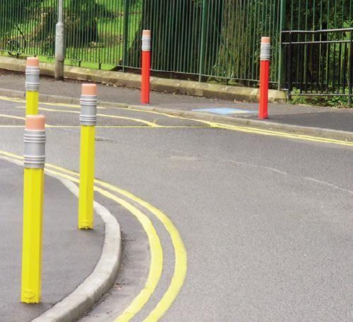 Antiparkeerpalen in de vorm van een kleurpotlood. een bijzonder fraaie manier om aan te geven dat er een school of speelplaats in de omgeving is. Veiligheid voorop!