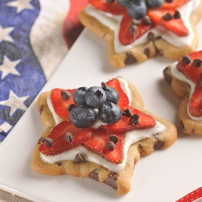 NESTLÉ® TOLL HOUSE® Stars and Stripes Cookies (Easy; 20 servings) #berries #cookies