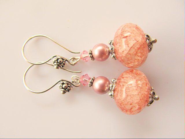 Oorbellen Marissa oudroze bergkristal rondel crackle met poederroze swarovski parel en roze swarovsi kristal en oorhaak met zeeuwse knop. geheel zilver
