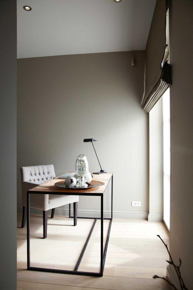 landelijk werken bureau stoel gecapitonneerd raam